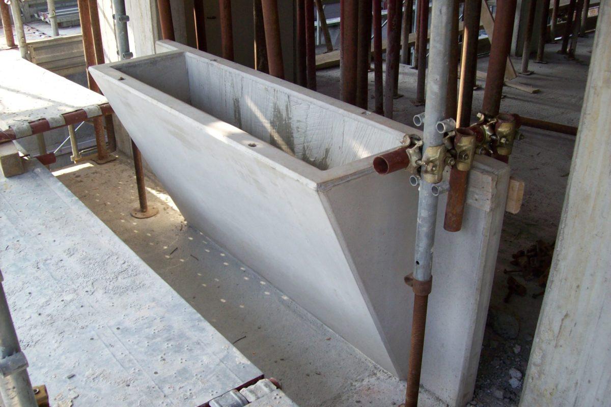 Veletta balcone con fioriera in fase di montaggio