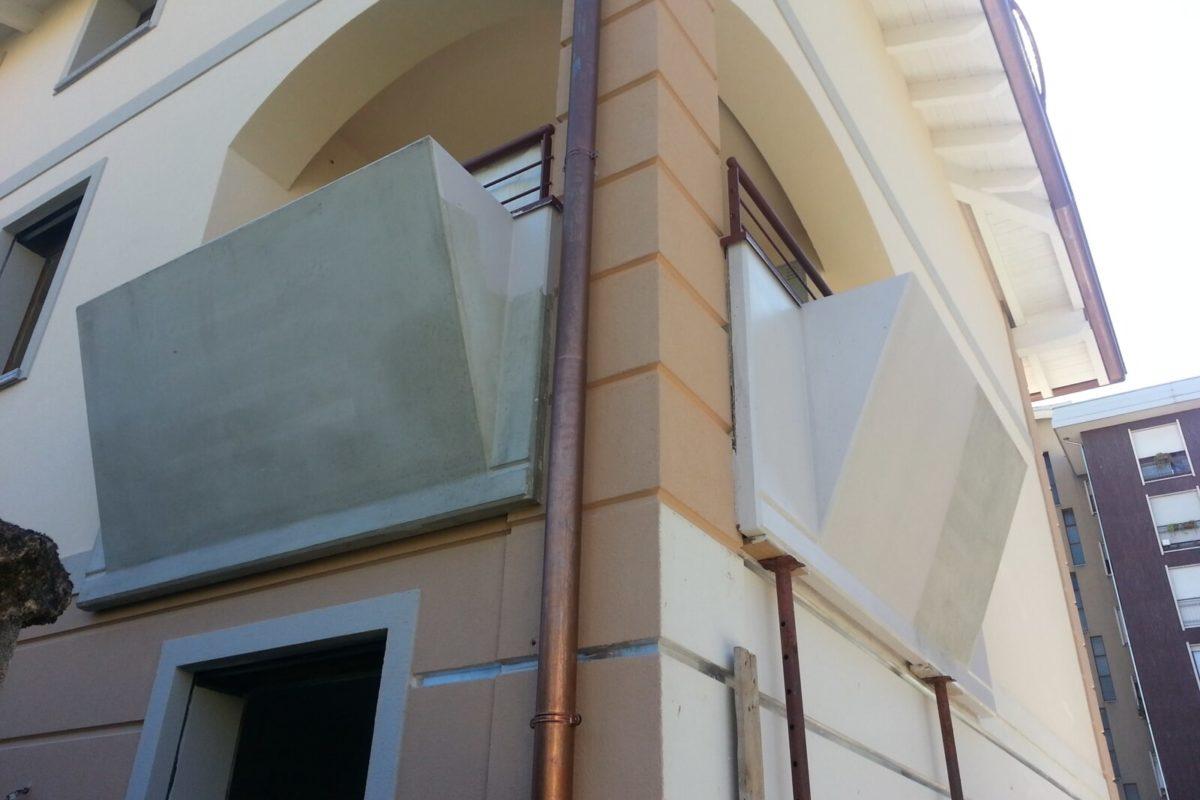 Veletta balcone con fiorierea in fase di tinteggio